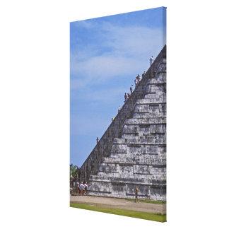 Turistas que suben las escaleras en ruinas del EL Impresión De Lienzo
