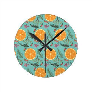 Turquesa anaranjada de la guirnalda del navidad reloj redondo mediano