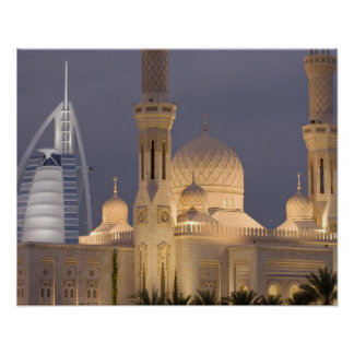 UAE, Dubai. Mezquita por la tarde con el árabe del Póster