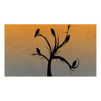 Un árbol desnudo con las siluetas de cuervos tarjetas de visita