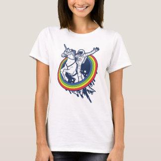 Un astronauta que monta un uncorn a través de un camiseta