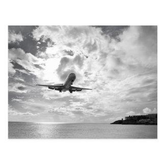 Un avión de pasajeros viene adentro para un postal