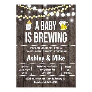Un bebé está elaborando cerveza - invitación de la