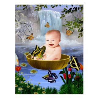 Un bebé lindo de la naturaleza postal