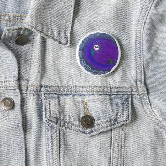 Un botón con un pulpo púrpura y azul en él