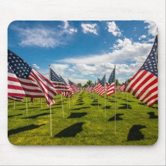 Un campo de banderas americanas en la alfombrilla de ratón
