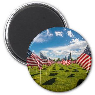 Un campo de banderas americanas en la imán redondo 5 cm