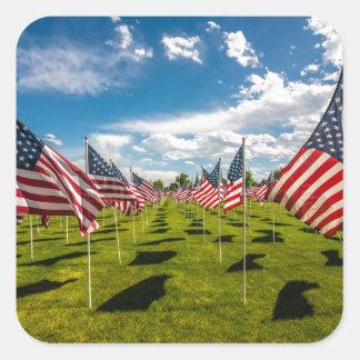 Un campo de banderas americanas en la pegatina cuadrada