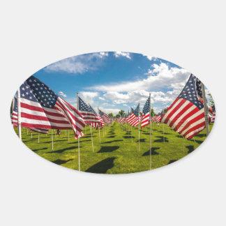 Un campo de banderas americanas en la pegatina ovalada