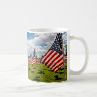 Un campo de banderas americanas en la taza de café