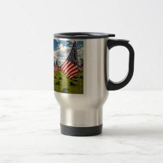 Un campo de banderas americanas en la taza de viaje