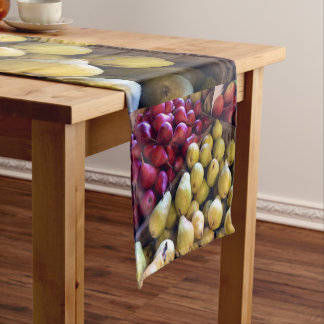 Un celemín de corredor de la tabla de las manzanas camino de mesas corto