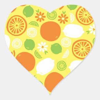 Un chapoteo de la fruta cítrica pegatina en forma de corazón