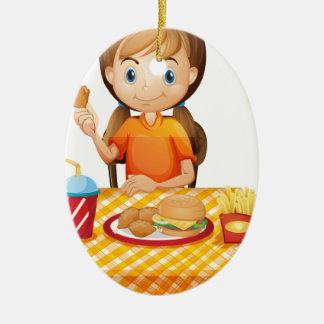 Un chica bonito que come en el restaurante de adorno de reyes
