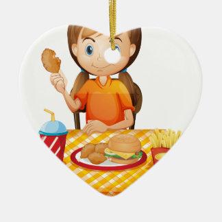 Un chica bonito que come en el restaurante de ornamento de reyes magos