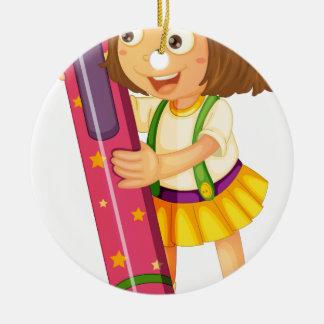 un chica que sostiene el lápiz adorno redondo de cerámica