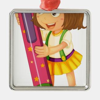 un chica que sostiene el lápiz adorno cuadrado plateado