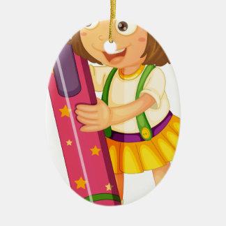 un chica que sostiene el lápiz adorno ovalado de cerámica
