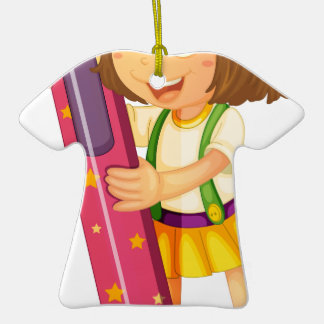 un chica que sostiene el lápiz adorno de cerámica en forma de camiseta