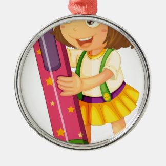 un chica que sostiene el lápiz adorno redondo plateado
