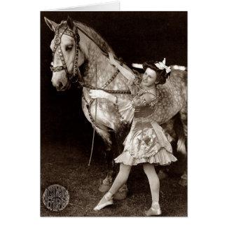 Un chica y un caballo del circo tarjeta de felicitación