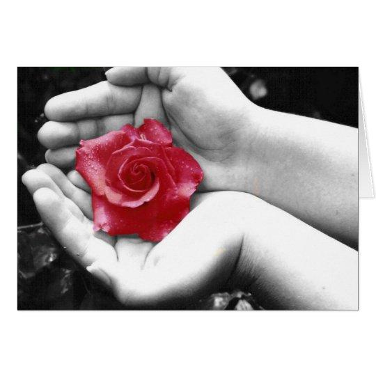 Un color de rosa en la mano 2 tarjeta de felicitación