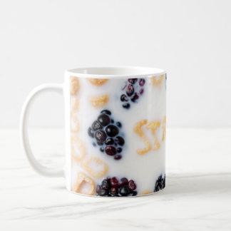 Un cuenco de cereal del alfabeto junta las piezas  taza de café