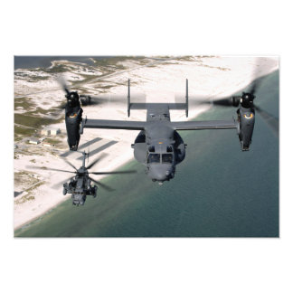 Un CV-22 Osprey y un MH-53 pavimentan punto bajo Impresiones Fotográficas