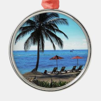 Un día debajo de la palmera adorno navideño redondo de metal