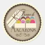 Un docena franceses Macarons en una caja de regalo Pegatinas Redondas