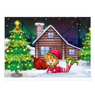 Un duende femenino de Santa cerca del árbol de Postal