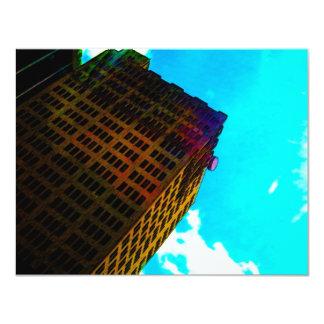 Un edificio vibrante y alto contra el cielo azul invitación 10,8 x 13,9 cm