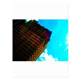 Un edificio vibrante y alto contra el cielo azul postal