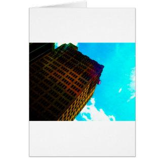 Un edificio vibrante y alto contra el cielo azul felicitaciones