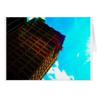 Un edificio vibrante y alto contra el cielo azul tarjeta de felicitación