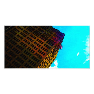 Un edificio vibrante y alto contra el cielo azul tarjeta personal