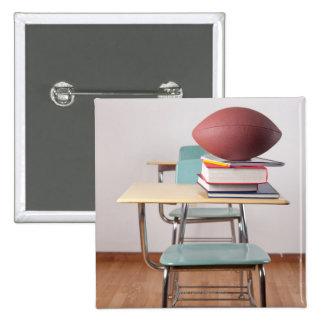 Un escritorio del estudiante con un fútbol que se  chapa cuadrada