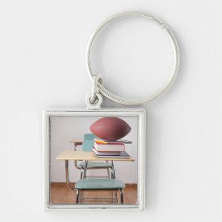 Un escritorio del estudiante con un fútbol que se  llaveros personalizados