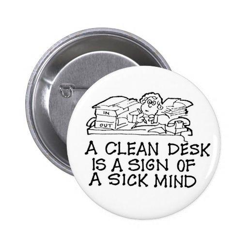 Un escritorio limpio es una muestra de un botón en pins