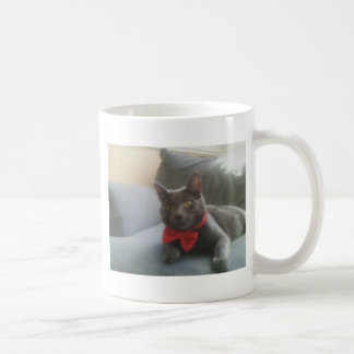Un gato con una sonrisa de la pajarita taza de café