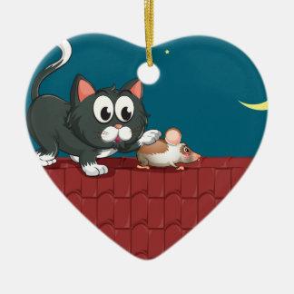 Un gato y un ratón en el tejado adorno navideño de cerámica en forma de corazón