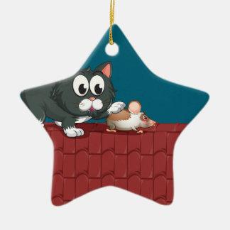 Un gato y un ratón en el tejado adorno navideño de cerámica en forma de estrella