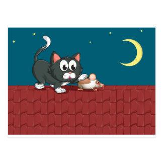 Un gato y un ratón en el tejado postal