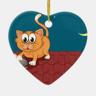 Un gato y una rata en el tejado adorno navideño de cerámica en forma de corazón