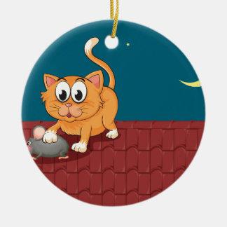Un gato y una rata en el tejado adorno navideño redondo de cerámica