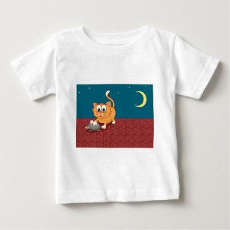 Un gato y una rata en el tejado camiseta