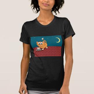 Un gato y una rata en el tejado camisetas