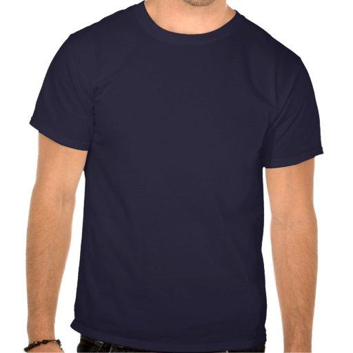 Un hombre hermoso entra en el cuarto camisetas