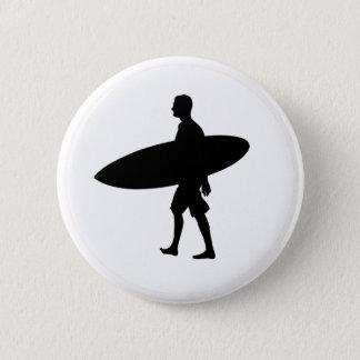 Un hombre y su tablero chapa redonda de 5 cm