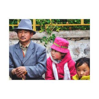 Un hombre y sus niños impresión en lienzo
